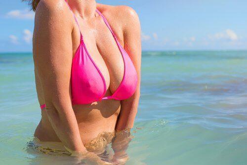 Kobieta w bikini w morzu