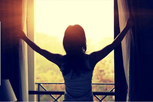 Kobieta w oknie o poranku