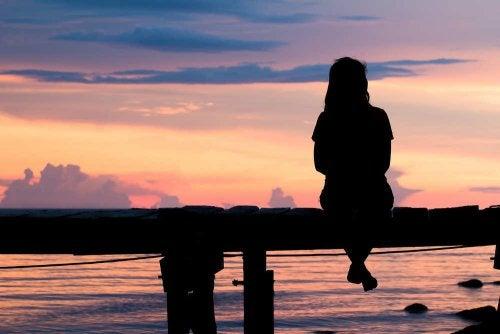 Kobieta na ławce, zachód słonca