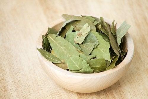 liście laurowe w misce