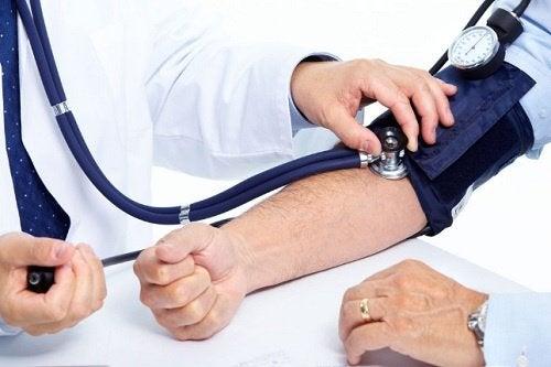lekarz badający ciśnienie pacjentowi