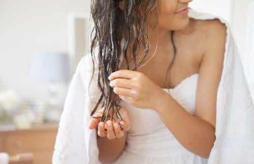 Olej kokosowy na zdrowe i piękne włosy