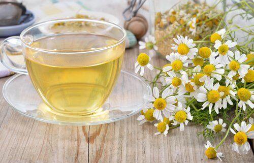 Herbata z rumianku na cienie pod oczami