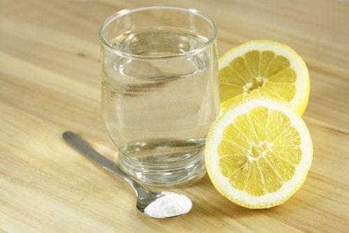Soda oczyszczona i sok z cytryny
