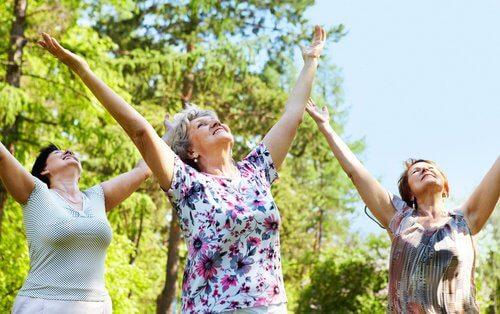 Starsze kobiety wykonujące ćwiczenia na powietrzu