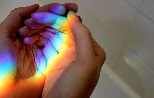 tęcza w dłoniach
