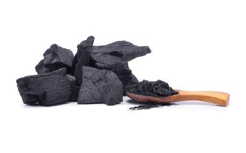 węgiel i drewniana łyżka