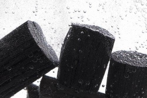 oczyszczanie wody to jedna z funkcji węgla