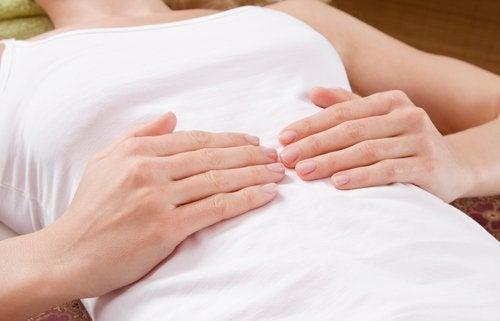 Ręce na brzuchu i zapalenie wyrostka robaczkowego