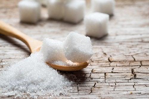 kostki białego cukru
