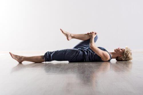 kobieta wykonuje ćwiczenie rozciągające