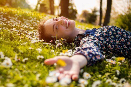 Dziewczyna na łące - niezapomniani ludzie dadzą ci uśmiech i wsparcie