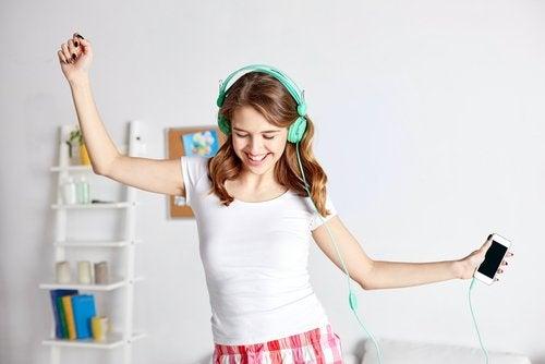 Dziewczynka słucha muzyki