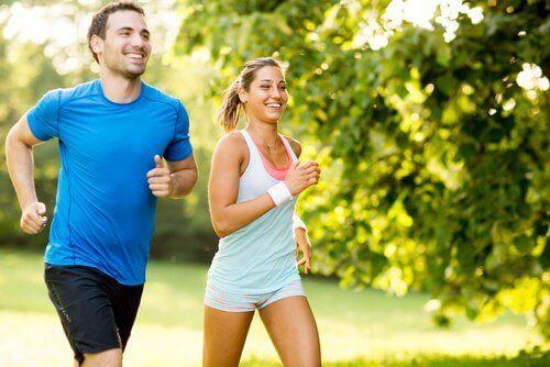 biegnący mężczyzna i kobieta
