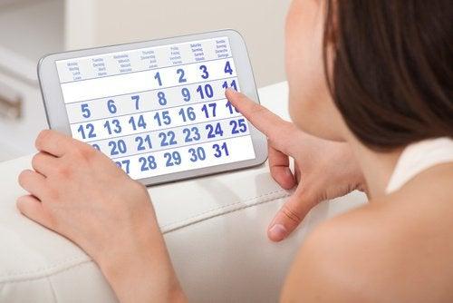 Kobieta z kalendarzem miesiączkowym