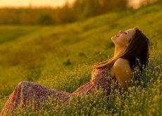 Kobieta na łące - optymizm