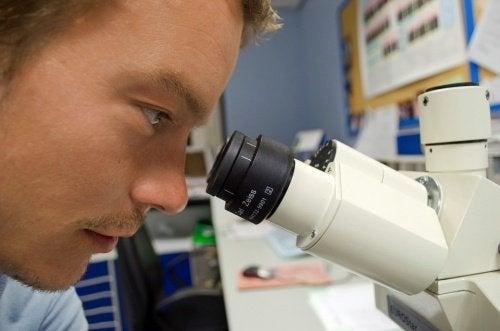 Mężczyzna z mikroskopem