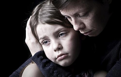 Smutna matka przytula dziecko