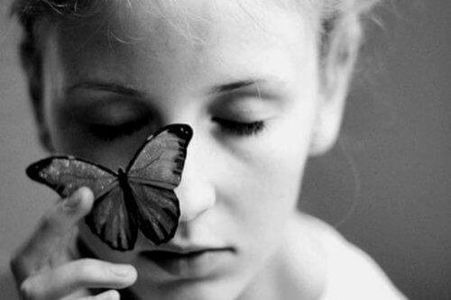 Zgorzkniała kobieta i motyl