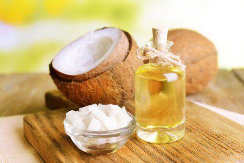 kokos i butelka oleju kokosowego