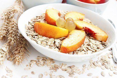 Owsianka z owocami na śniadanie