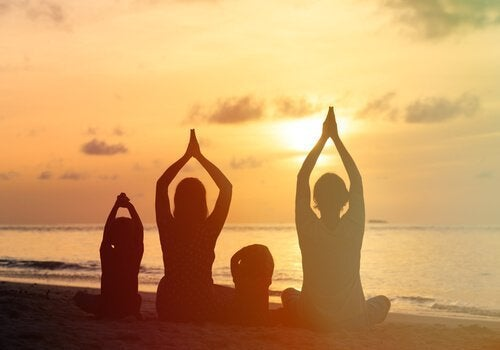 Rodzina medytuje razem na plaży
