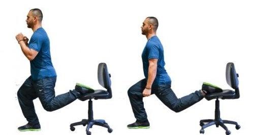 Split z nogą uniesioną na krześle