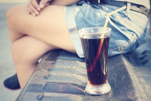 Szklanka coli na ławce - napoje gazowane