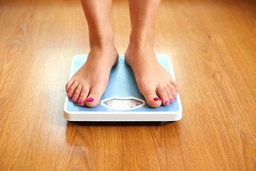 Kobiece stopy na wadze
