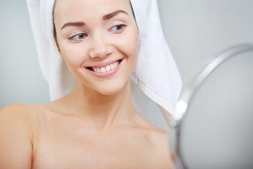 Zdrowa skóra twarzy i uśmiech dziewczyny