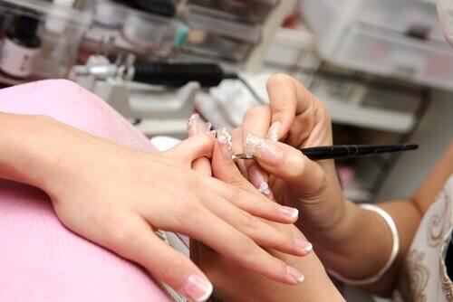 Kosmetyczka robi paznokcie