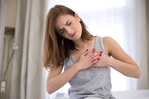 Kobieta - ból w klatce piersiowej