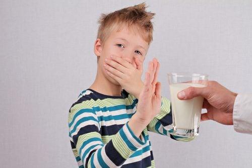 Chłopiec częstowany mlekiem