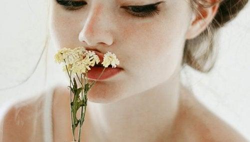Dziewczyna z kwiatkiem - deprywacja emocjonalna smutek