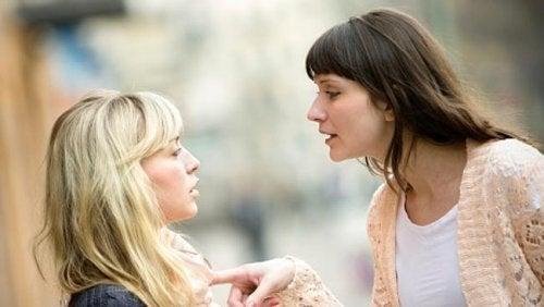 Dyskutujące kobiety