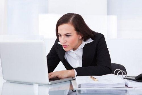 Garbiąca się kobieta przed komputerem