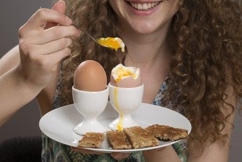 Kobieta je gotowane jajka