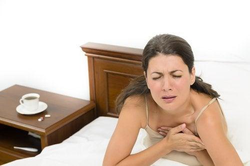 Kobieta w łóżku - nocne pocenie się
