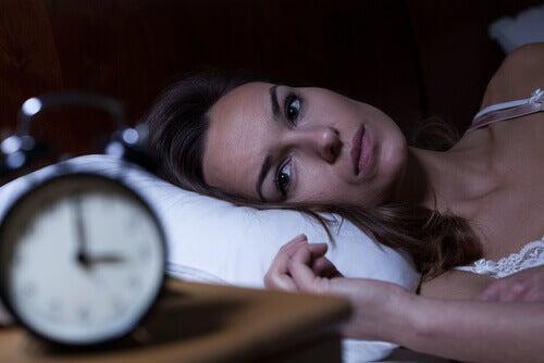 Kobieta w łóżku - bezsenność zakłócająca rytm snu