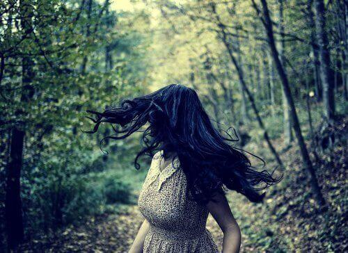 Kobieta biegnąca przez las