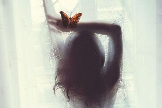 kobieta z motylem na ręce