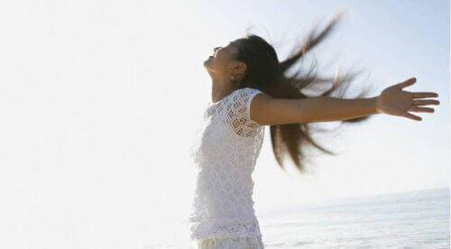 atrakcyjna i pewna siebie kobieta nad morzem