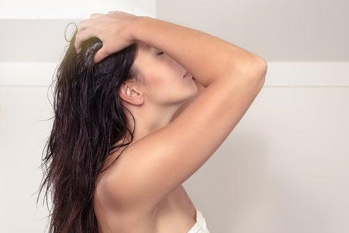 Kobieta pielęgnująca włosy