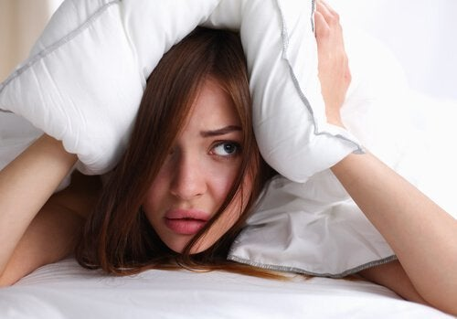 Kobieta pod poduszką