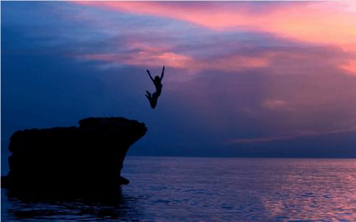 Kobieta skacząca ze skały