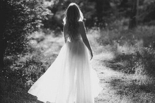 Kobieta w białej sukience