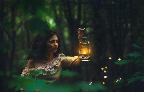 Kobieta z lampą