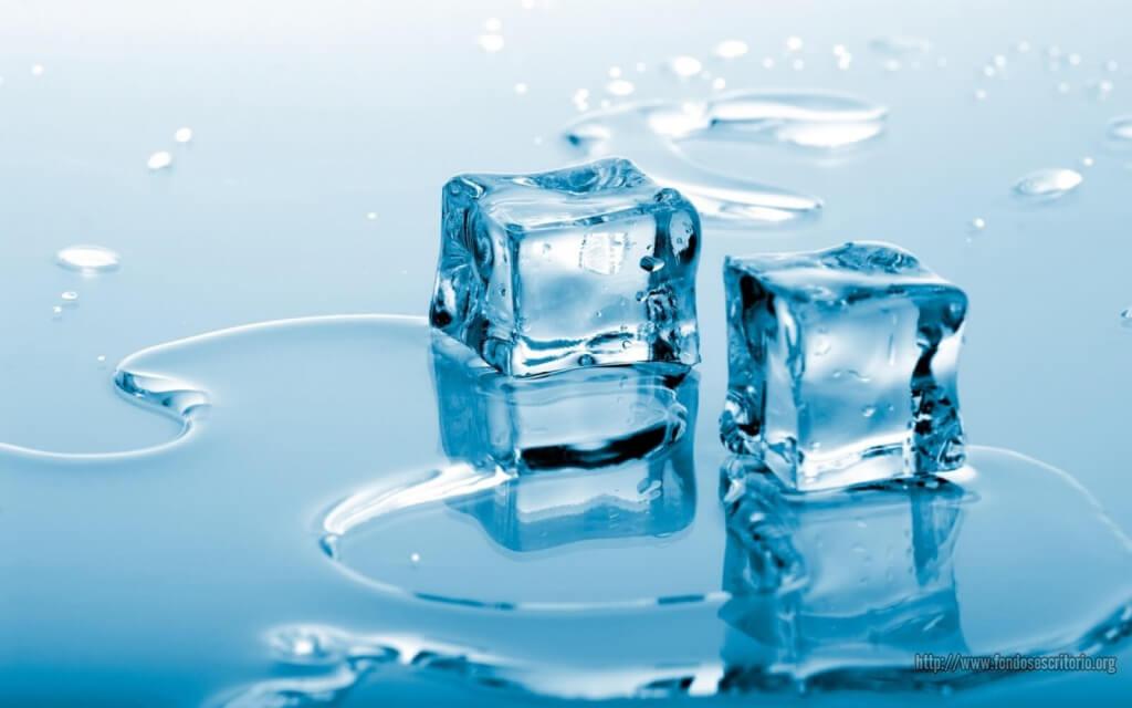 kostki lodu w wodzie