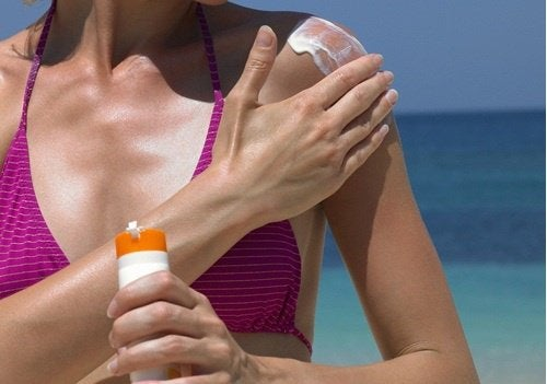kobieta stosująca krem przeciwsłoneczny zmniejszy wpływ menopauzy na skórę