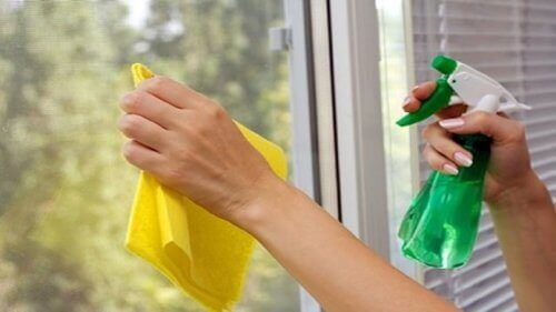 Mycie okien octem jabłkowym